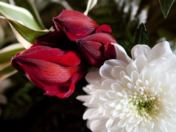 Для Пасхи - сочетание красных и белых цветов.
