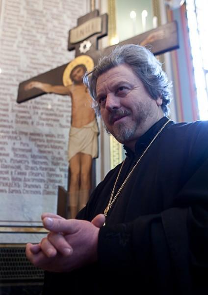На фоне оскверненного креста из Невинномысска