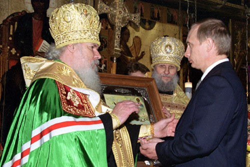 Патриарх Алексий II в кремлёвском Благовещенском соборе преподаёт благословение В. В. Путину в день инаугурации 7 мая 2000 года