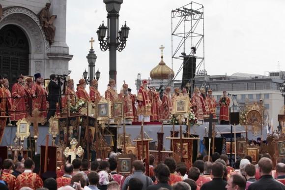 молебное пение в защиту веры, поруганных святынь, Церкви и ее доброго имени перед Храмом Христа Спасителя (16)
