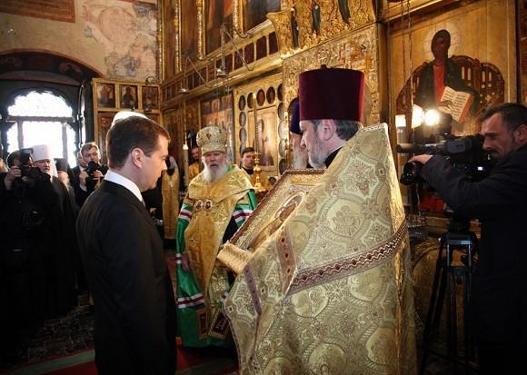 В благословение на предстоящее служение Святейший Патриарх Алексий подарил Дмитрию Медведеву Владимирскую икону Божией Матери
