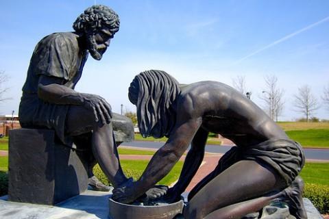 Омовение ног. Статуя перед Dallas Baptist University.