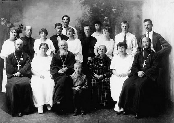 Правдолюбовы в 1924 году. Первый слева в ряду сидящих — священноисповедник Сергий Правдолюбов, дед нашего собеседника. В центре — священномученик Анатолий Правдолюбов, прадед. Первый справа в ряду сидящих — сын священномученика Анатолия Правдолюбова, брат священноисповедника Сергия священномученик Николай Правдолюбов