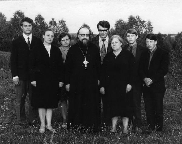 Семья Правдолюбовых в 1974 году. В центре — протоиерей Анатолий Правдолюбов. Село Маккавеево