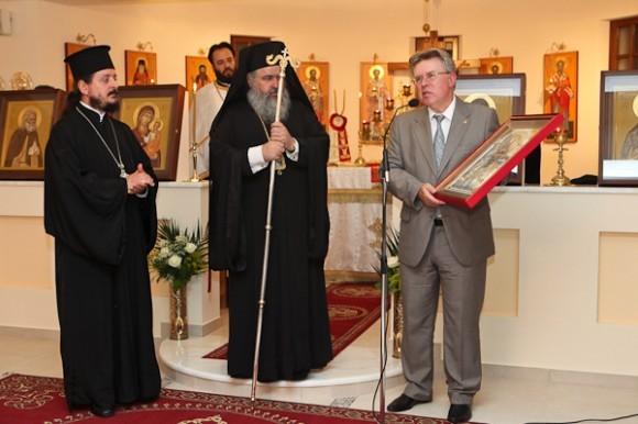 Освящение нового храма. А.Попов дарит храму икону.