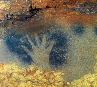 Отпечатки рук - «автографы» - доисторических людей. Пещера Пеш-Мерль, Франция, примерно 18 000 лет до н.э.