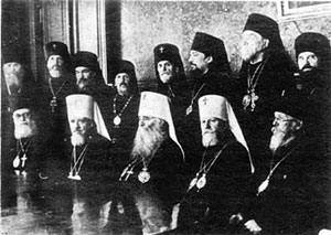 Митрополиты Алексий (Симанский), Сергий (Страгородский),Николай (Ярушевич) (в центре) в окружении архиереев, возвращенных из ссылки