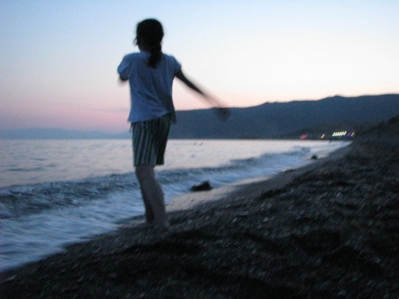 """Бросает """"плеточки"""" в море"""