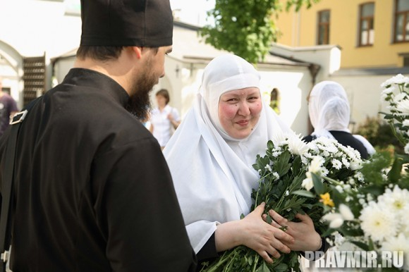 Белый цветок в Марфо-Мариинской обители. Фото Ксении Прониной (22)