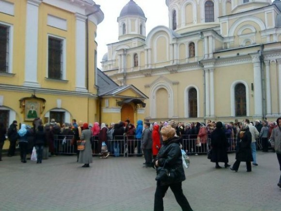 Мощи Святой Матроны Московской. Очередь к мощам