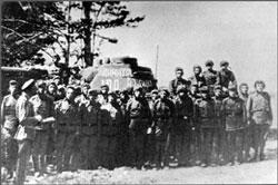 Экипаж и обслуживающий персонал у танка № 100 из колонны имени Димитрия Донского