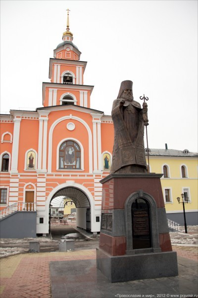 Памятник святителю Иннокентию перед зданием Якутской духовной семинарии