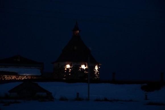 Корожная башня ночью
