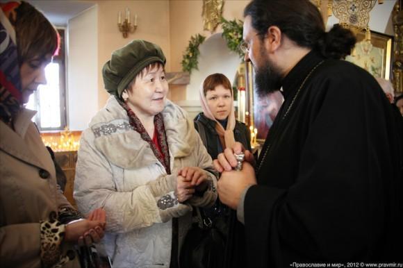 Епископ Якутский и Ленский Роман беседует с прихожанами