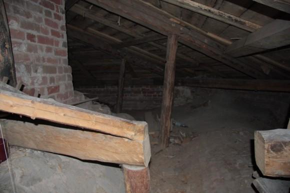 Под крышей храма. Здесь была раздевалка заключённых