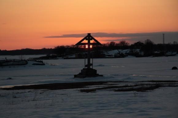 Поклонный крест в бухте Благополучия