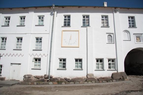Солнечные часы в монастыре