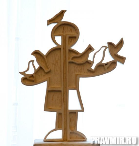 Некрасов Сергей, Мальчик. Дерево, белила, 74х82х20 см, 2011, Москва