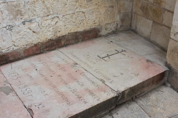 Возле греческой часовни Благовещения Успения Божией Матери похоронен русский игумен Серафим