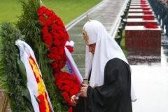 Патриарх Кирилл возлагает венки к могиле Неизвестного солдата ФОТО