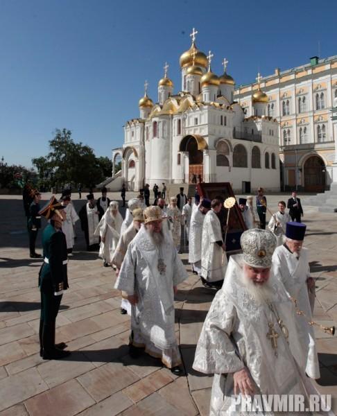 Патриаршая литургия в Кремле и молебен у храма Василия Блаженного. Фото Владимира Ходакова (11)