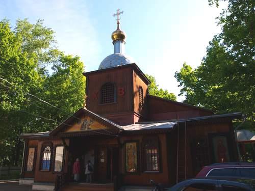 Единственный в Бирюлеве Западном деревянный храм в честь святителя