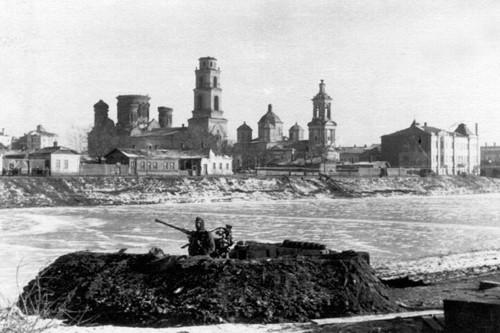 Орёл. На заднем плане Преображенский и Покровский храмы.