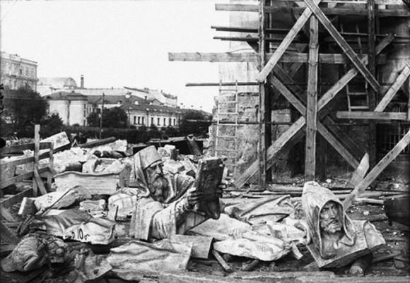 И тот же горельеф после разрушения храма. Фото www.xxc.ru.
