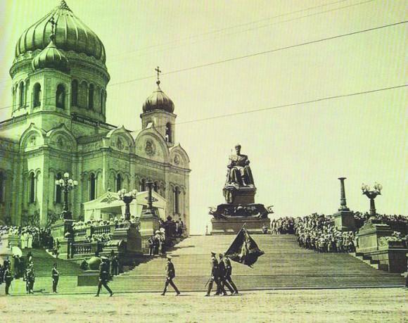 Торжественное открытие памятника Александру III в 1912 году (разрушен в 1918 году). Военный парад принимает император Николай II