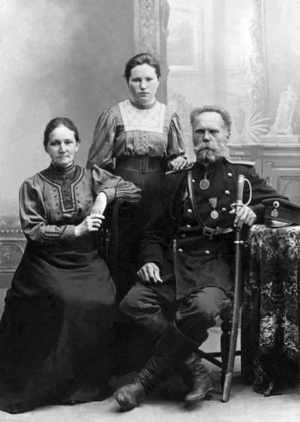 Нина Кузнецова с родителями