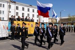 После завершения митинга военные моряки прошли торжественным маршем, отдавая честь православным святыням.