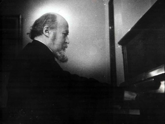 Архиепископ Михаил (Мудьюгин) за фортепиано