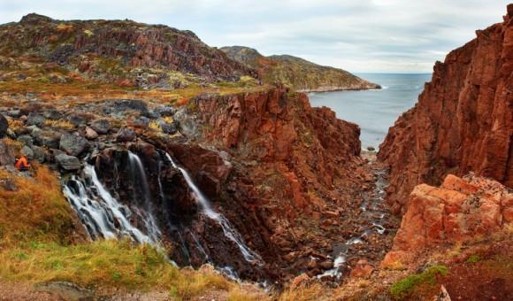 У водопада с красными скалами. Село Териберка, Мурманская область.  Автор: Дмитрий Горшенёв