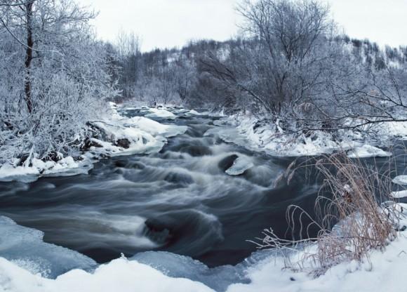 Не замерзающая практически всю зиму река Средняя. Город Североморск, Мурманская область.  Автор: Дмитрий Горшенёв