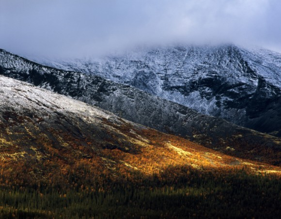 Хибины. Внизу ещё осень, а в горах уже снег лежит. И погода в это время года весьма капризная. Автор: Иван Дементиевский