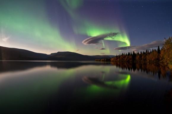 Озеро Сейдозеро. Была сильная магнитная буря, благодаря ей видно полярное сияние в это время года. А луна удачно подсвечивает осенний берег. Автор: Максим Летовальцев