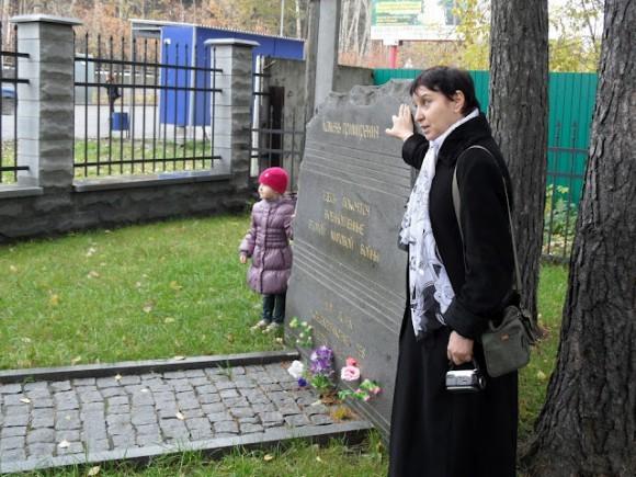 Анна Пастухова проводит экскурсию у школьников на 12-м километре