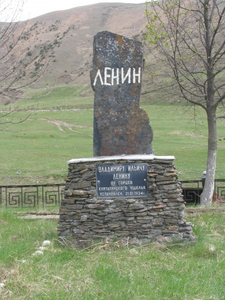 Первый посмертный памятник Ленину