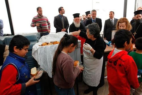 Предстоятель Элладской Православной Церкви Архиепископ Афинский Иероним II присутствует при раздаче питания неимущим в Пирее, апрель 2012 г., Фото: Диакония.ru