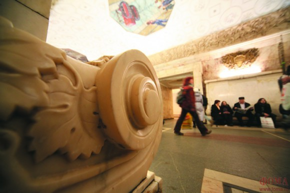 Скамейка из храма Христа Спасителя на станции метро «Новокузнецкая». Фото Владимира Ештокина