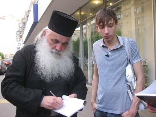 Архимандрит Нектарий (Антонопулос) подписывает Назару Стадниченко свою книгу о cвятителе Луке
