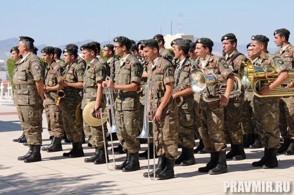 Военные музыканты чтут своих товарищей на мемориальном кладбище Никоссии
