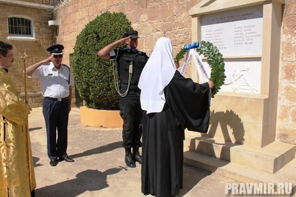 Возложение венков у мемориального кладбища в центральной тюрьме Никоссии у мемориала Филакизмена мнимата