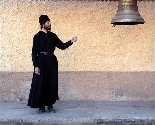 Монах и колокол. Поселок Провидения, Провиденский район, Чукотка