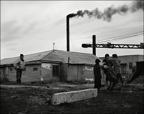 Дурачок и дети. Поселок Лорино, Чукотка