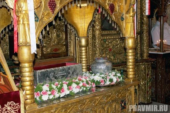 Рака с мощами св. Лазаря в храме в Ларнаке.