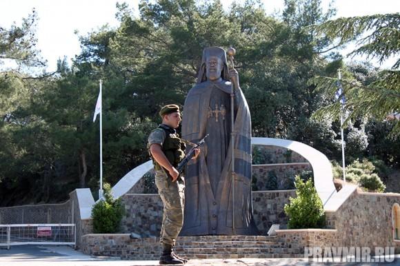 Памятник первому президенту Кипра архиепископу Макарию III