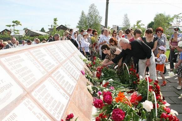 У монумента в день памяти. Фото с сайта Нижегородской епархии nne.ru
