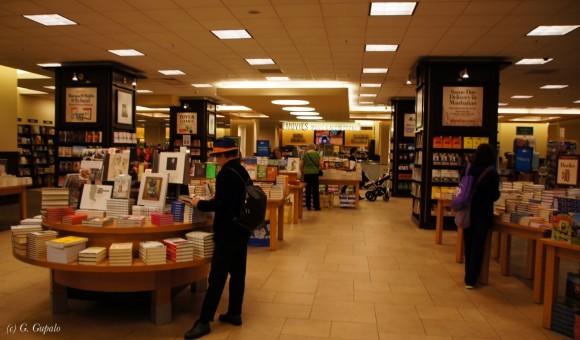 В книжном магазине «Barnes & Noble».