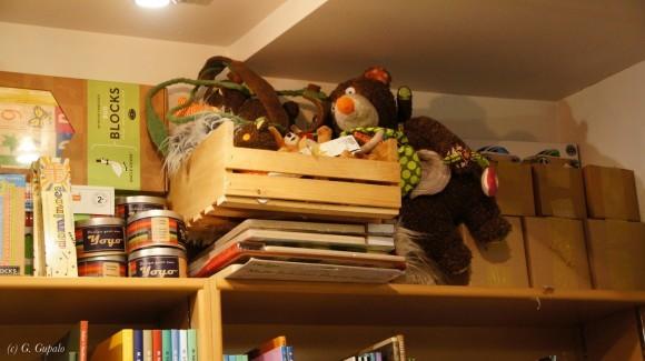Игрушки для детского спектакля спят на самой верхней полке.